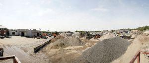 Zur Aufbereitung steht in der Betriebsstätte in Düdenbüttel eine Schlackenaufbereitungsanlage bereit, für die Patentschutz besteht. Eine leistungsfähige stationäre Brechanlage (Foto) und verschiedene Siebanlagen auf dem Betriebsgelände dienen dem Zerkleinern und Sortieren von Straßenaufbruch und Bauschutt.
